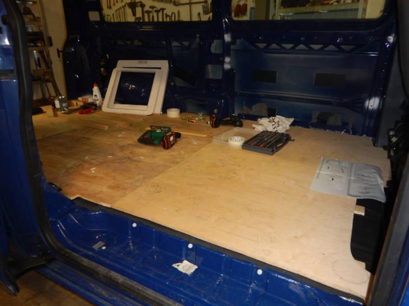 Die eingebaute Bodenplatte im Camper.