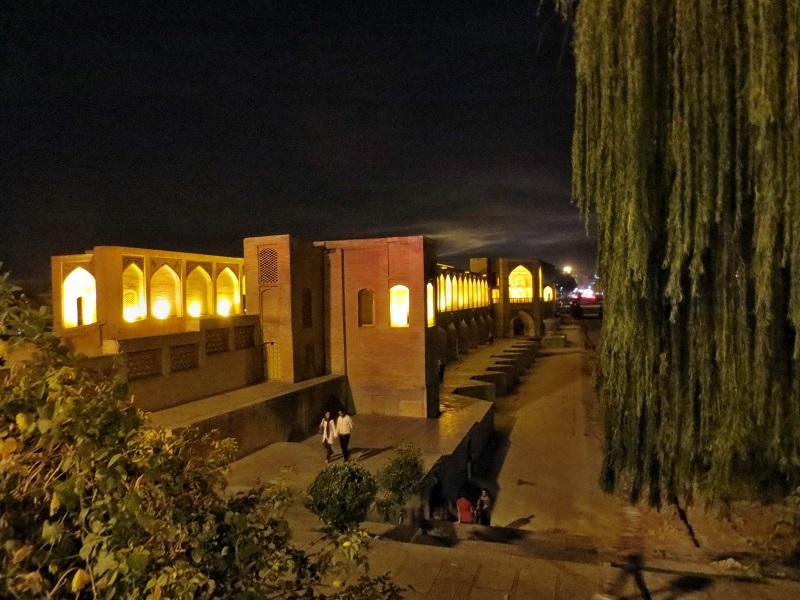 Eine beleuchtete Brücke am Abend im Iran