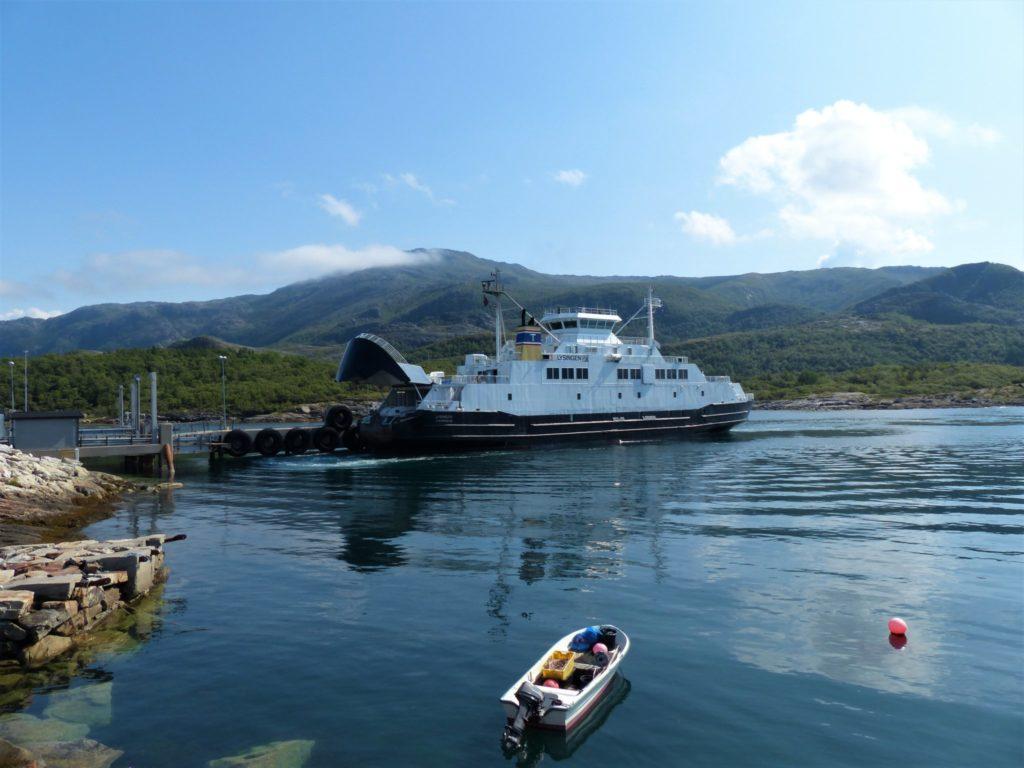 Eine der vielen Fähren auf dem Küstenweg Kystriksveien