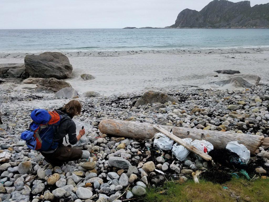 Müllsammeln an der Küste Vesteralen in Norwegen.