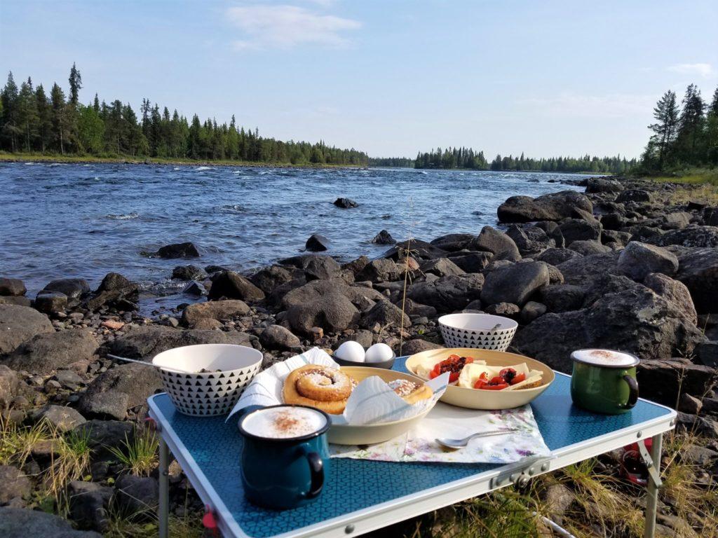 Frühstück am Fluss in Schweden