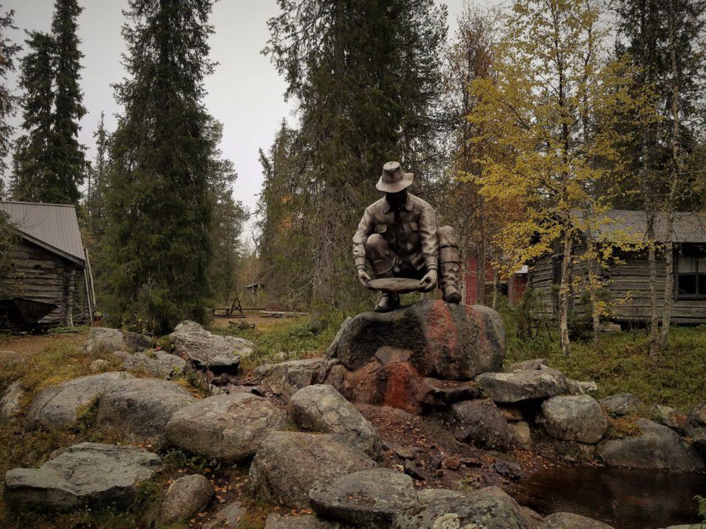 Ein Denkmal beim Goldmuseum in Finnland in der Lappland Region.