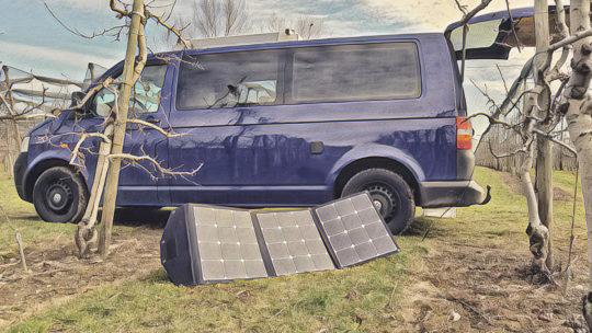 Autarke-Stromversorgung-durch-faltbares-Solarmodul-im-Camper