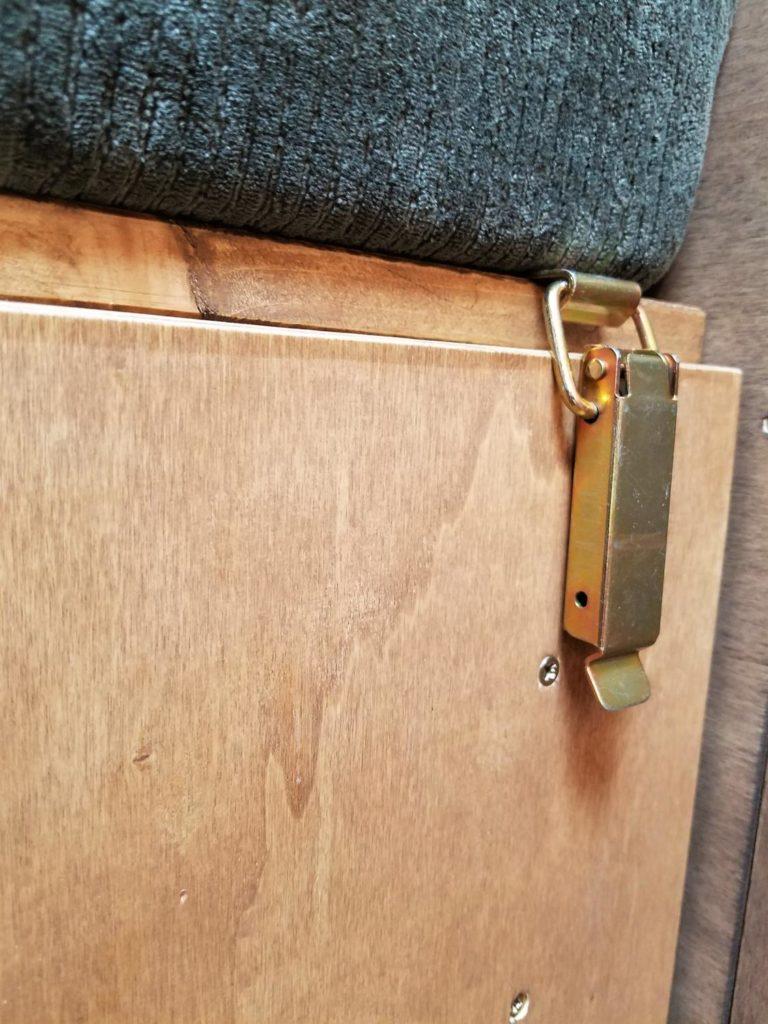 Selbstgebaute Schubladen im Camper gegen öffnen sichern