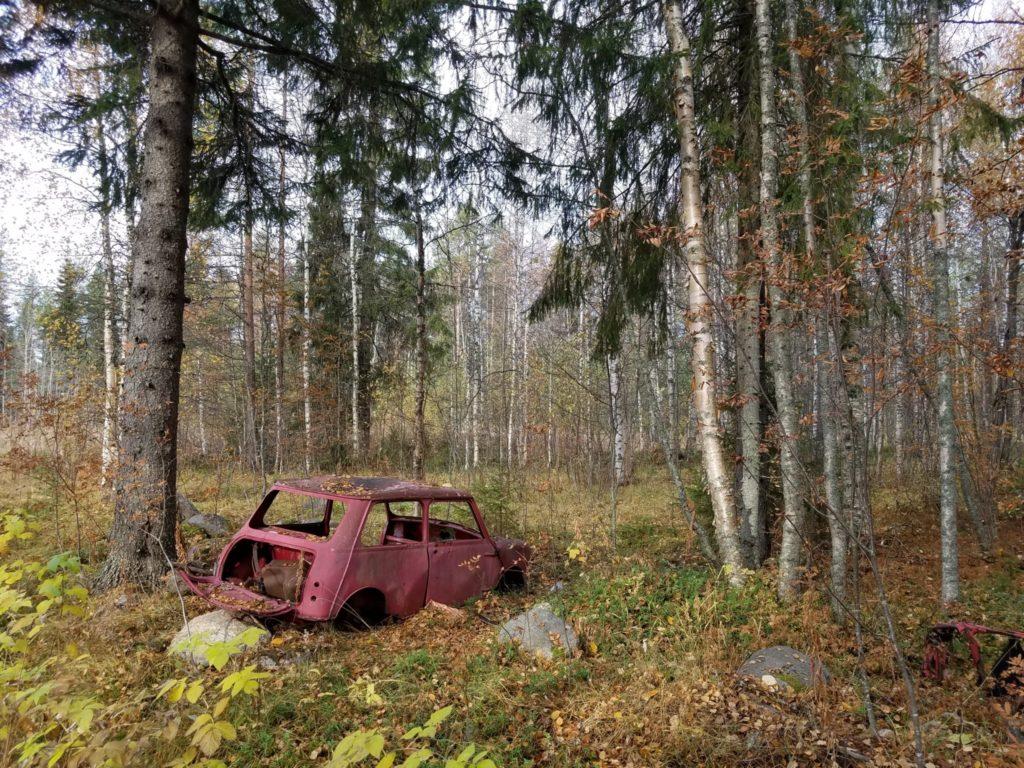 Kaputtes Auto in Finnlands Wäldern.
