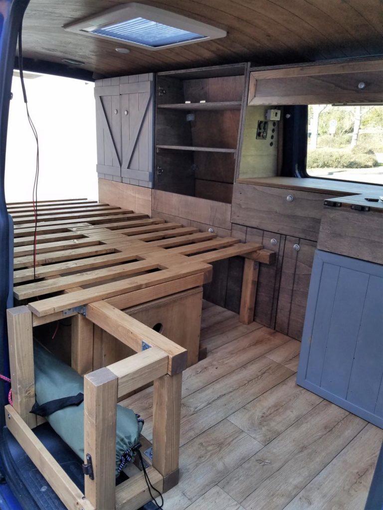 Ein DIY Camper-Bett für den Selbstausbau.
