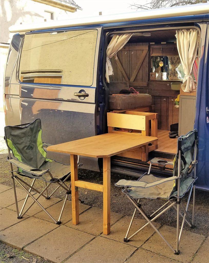 Ein DIY gebauter Camping Tisch für den Camper-Ausbau