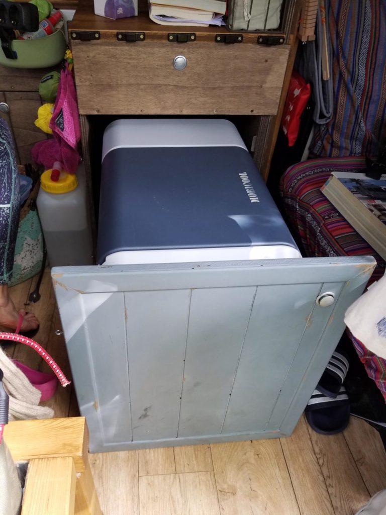 Kompressor-Kühlbox im Camper auf Auszug eingebaut.