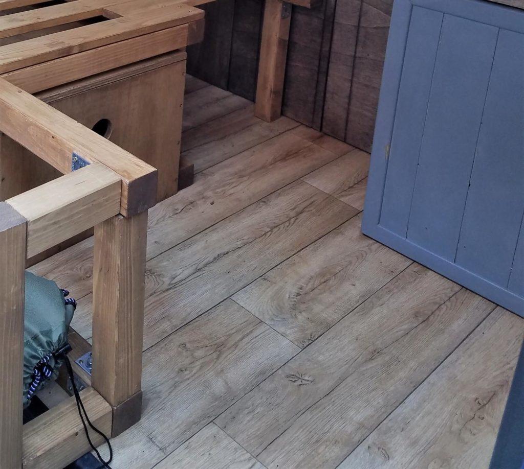 PVC-Bodenbelag für den selbstgebauten Fußboden im Camper