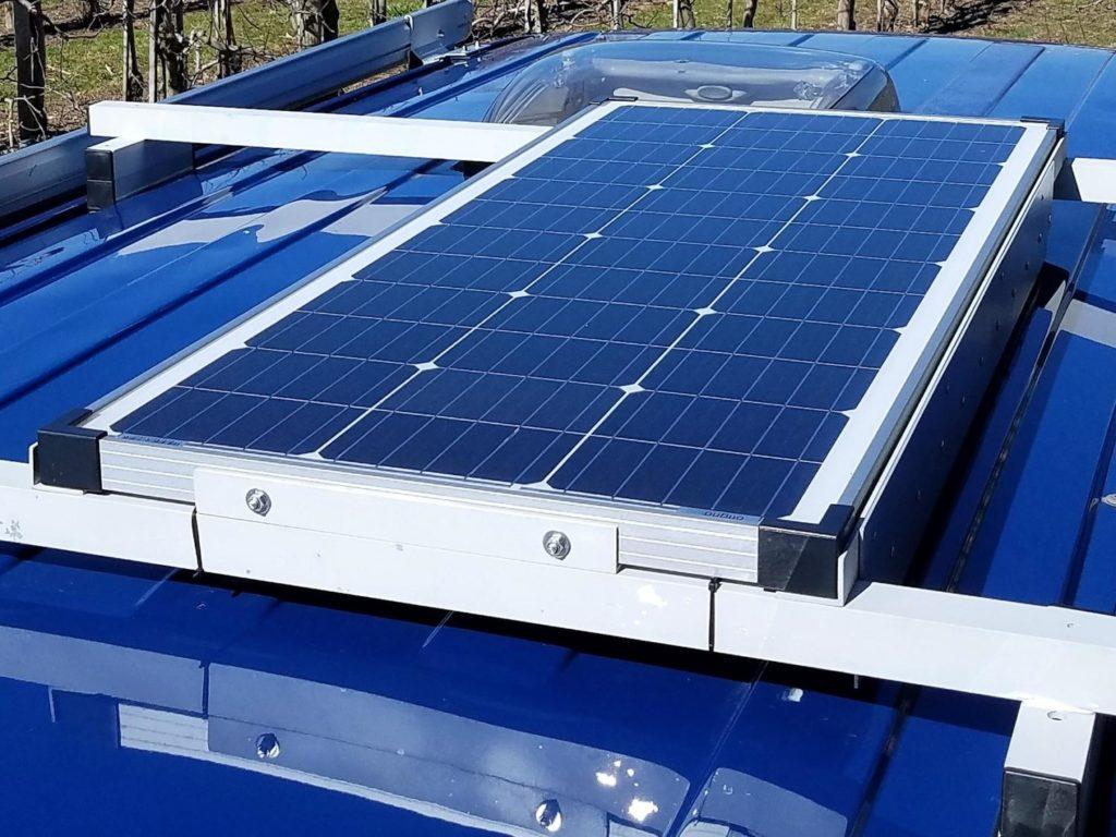 Solaranlage auf selbst gebauten Dachträger für den Camper