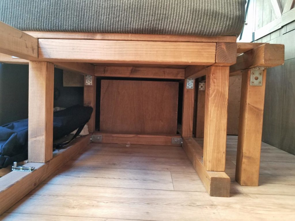 Stauraum unter dem Camper Bett