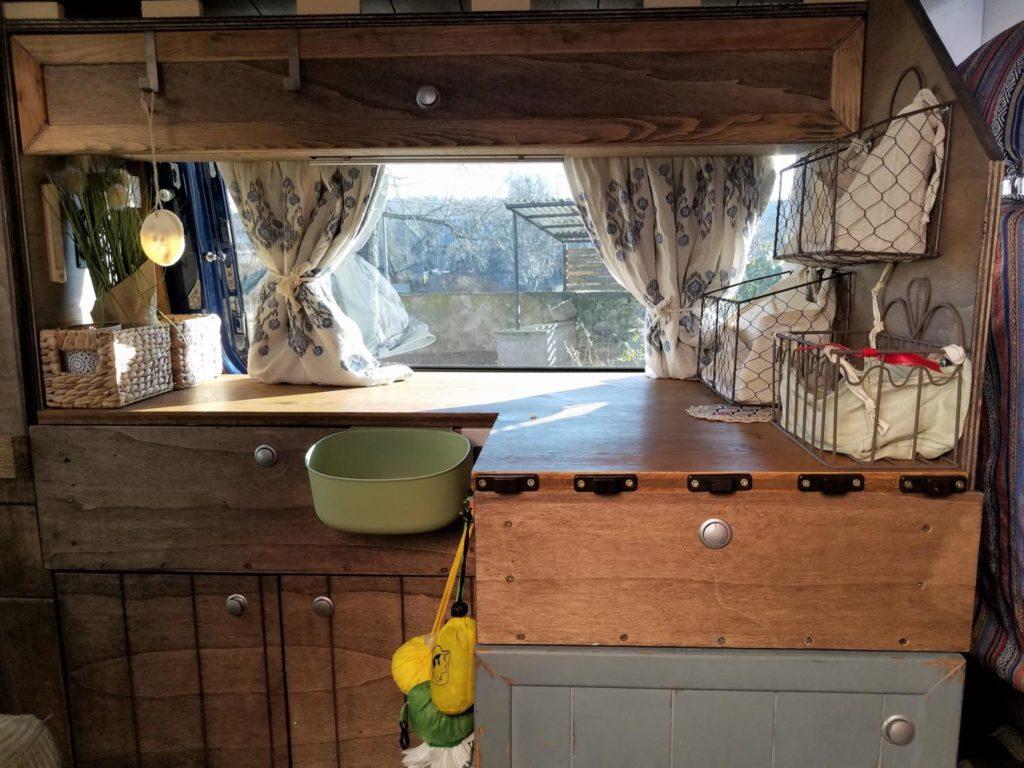 Camping Tisch im Camper selber bauen zum Einhängen.