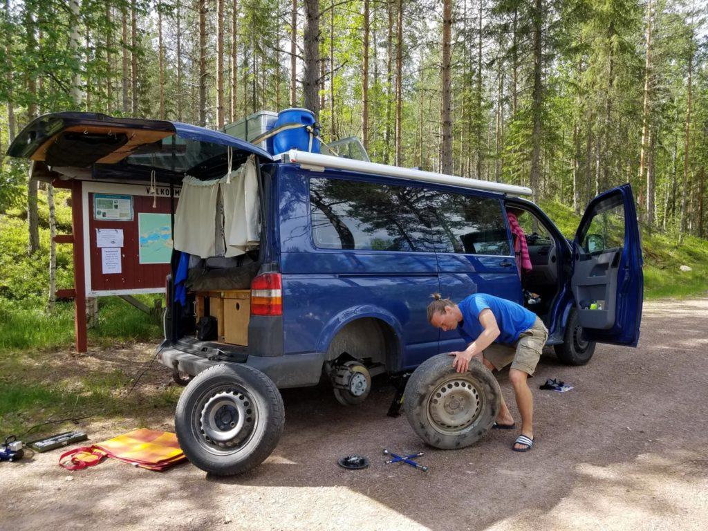 Björn Hofmann im eigenem Camper-Ausbau auf Reisen
