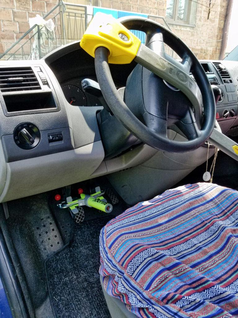 Diebstahlschutz und Einbruchschutz für den Camper mit Lenkradkralle und Bullock Pedalsperre.