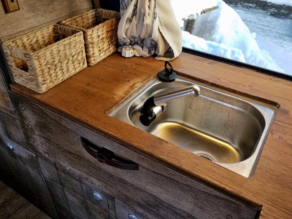 Camping-Spülbecken in die Camper-Küche selber eingebaut. Unsere neue Wasserversorgung im Campingbus.