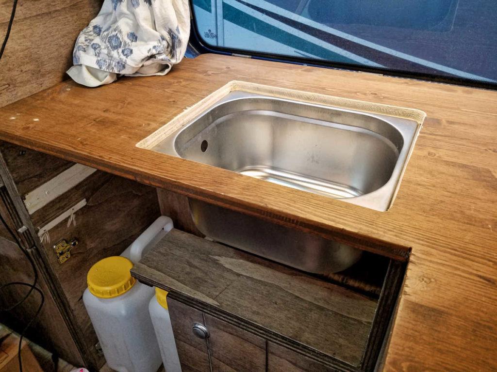 Einbauanleitung für ein Spülbecken in den Camper für die Wasserversorgung.