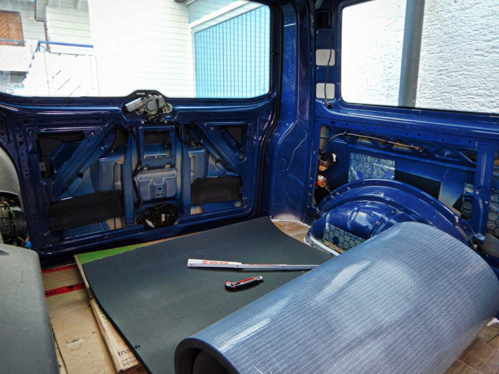 Der Campingbus wird mit Armaflex Dämmmaterial gedämmt.