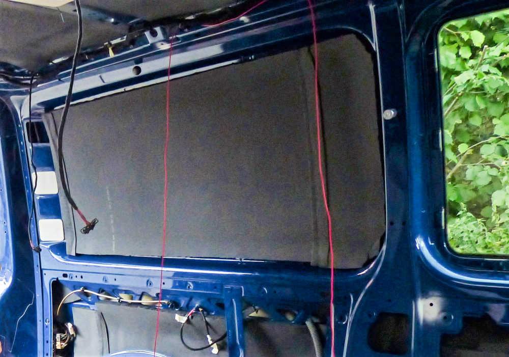 Die hinteren Scheiben werden im Camper-Selbstausbau mit Armaflex Dämmung abgeklebt.