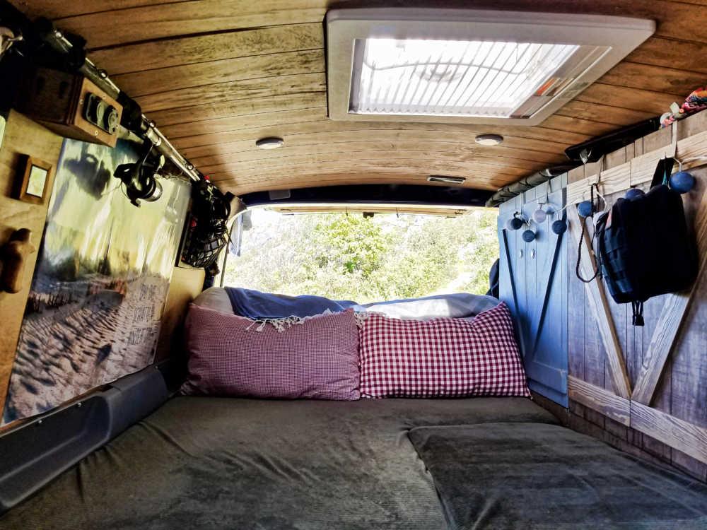 Das fertige DIY Camper-Bett im Camper-Selbstausbau.