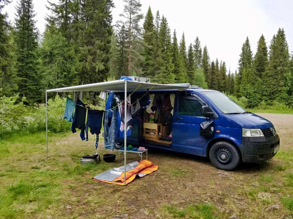 Markise Fiamma F35 Pro als Regenschutz und Sonnenschutz für Campingbus und Van