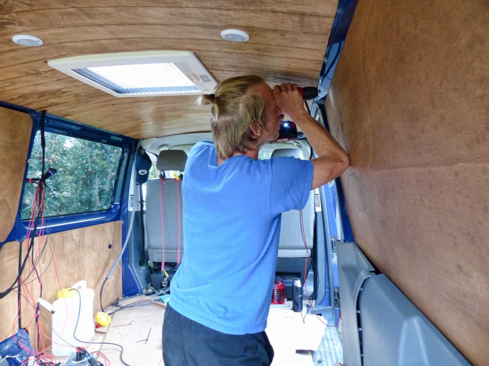 Seitenverkleidung im Campingbus werden mit selbst bohrenden Blechschrauben befestigt