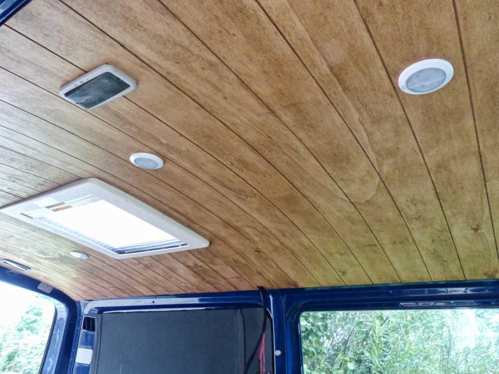 Selbst gebauter Dachhimmel im Camper-Ausbau