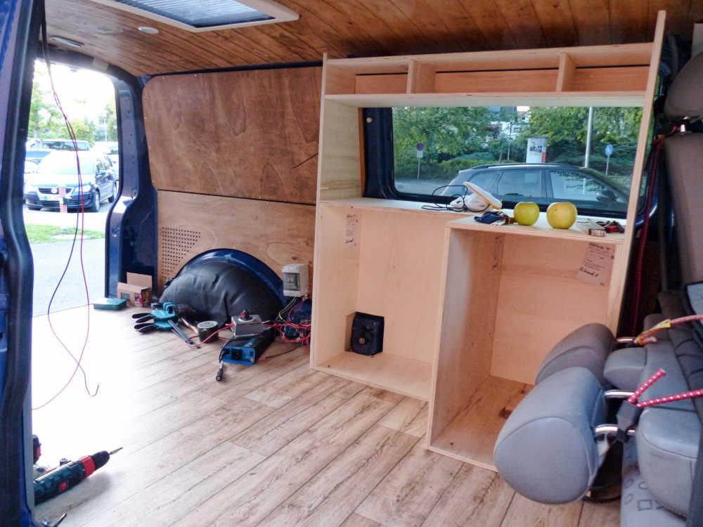Holzplatten im Innenausbau im Camper werden angepasst und zurecht gesägt.