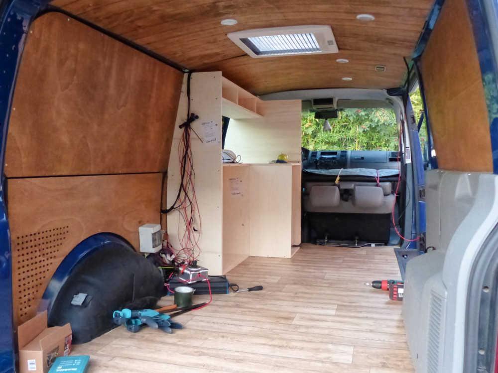 Der Bau der DIY Möbel für den Camper beginnt.