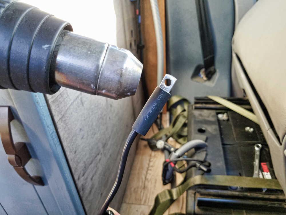 Schrumpfschlauch über Kabelverbindung und Kabelschuh schrumpfen