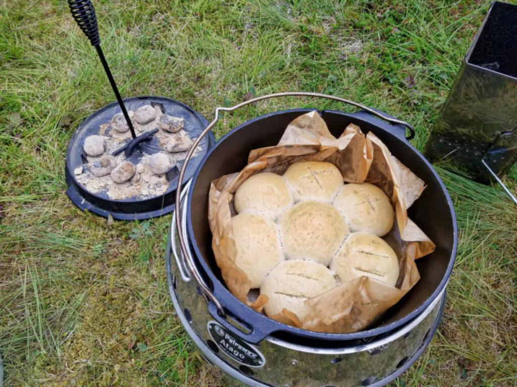 Kochen und Backem im Dutch Oven im Atago Grill