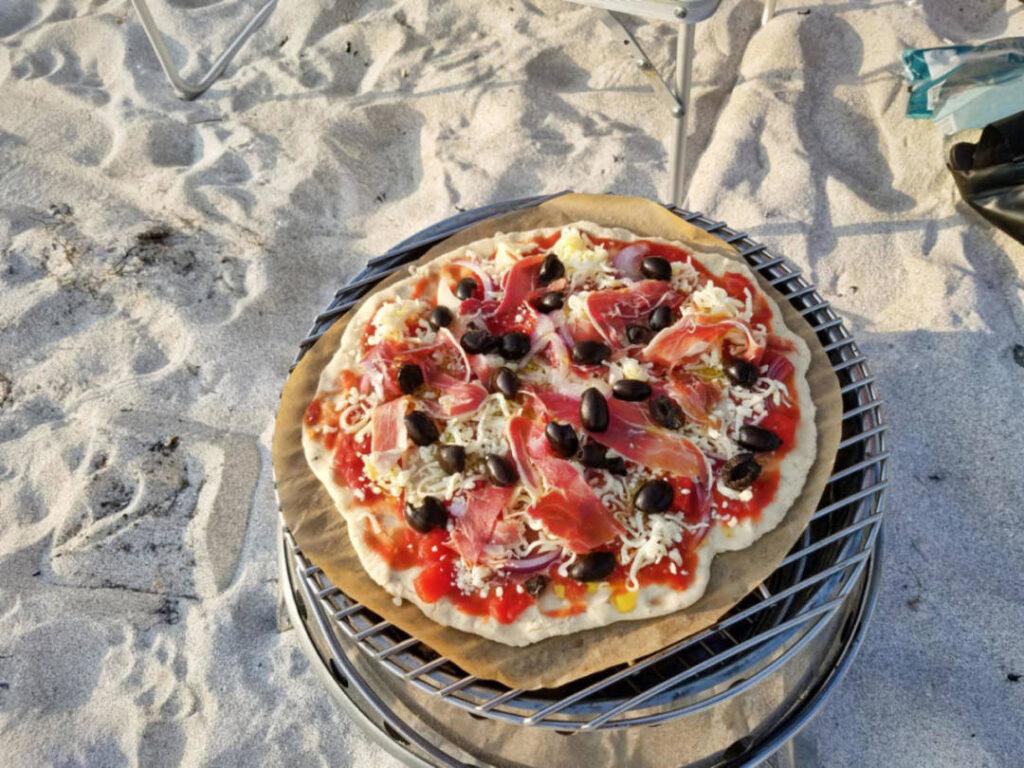 Pizza auf dem Outdoor-Grill backen